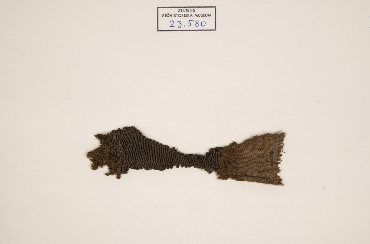 Masktäthet: 9 på 1 cm. Består av två stycken, fastsydda vid varandra.