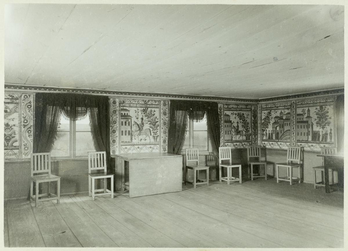 Rumsinteriör. Tapeterna och möblerna finns på Siggebohyttans bergsmansgård.