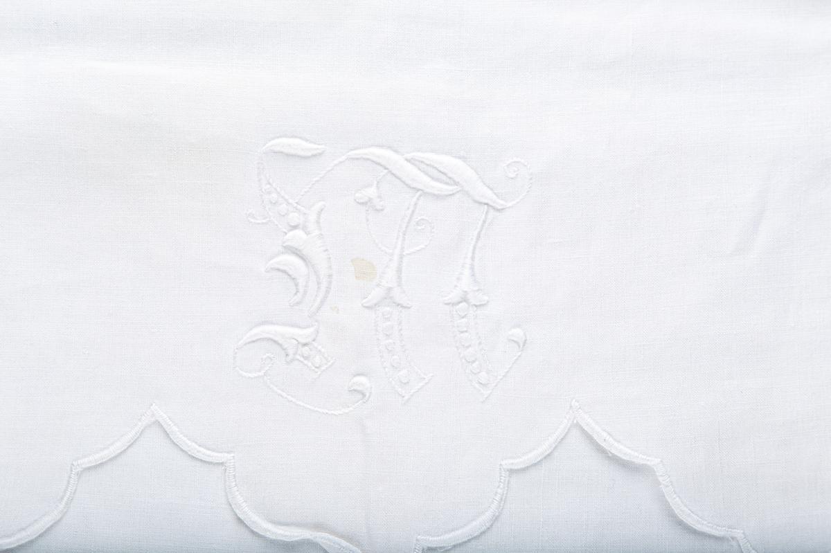Monogram: W, og en ranke i veneziansk broderi