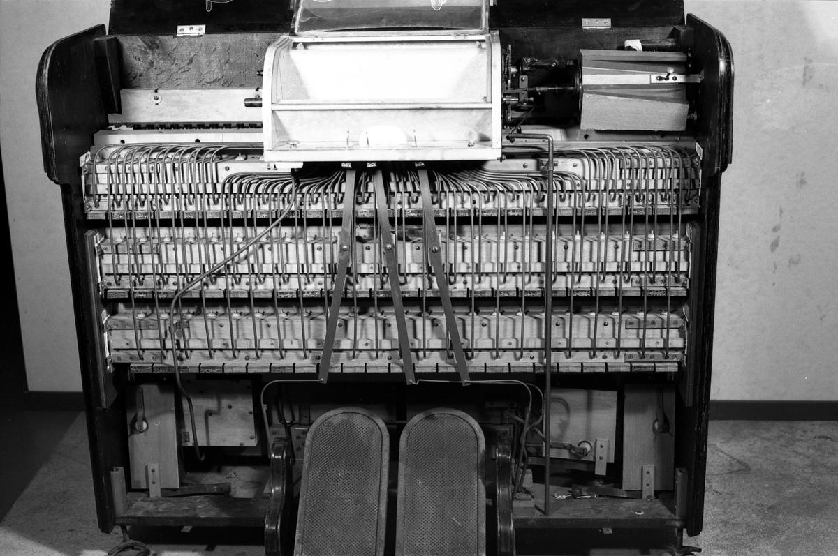 Kabinett med pneumatisk mekanikk for pianoruller. Plasseres foran et piano. Papirrullene innsettes på midten. To trø-pedaler for pneumatikk. På baksiden en rekke hammere. Når pianolaet er tilkoblet et klaver, og mekanismen er satt i gang, vil hamrene anslå pianotangentene og melodien fremkomme.