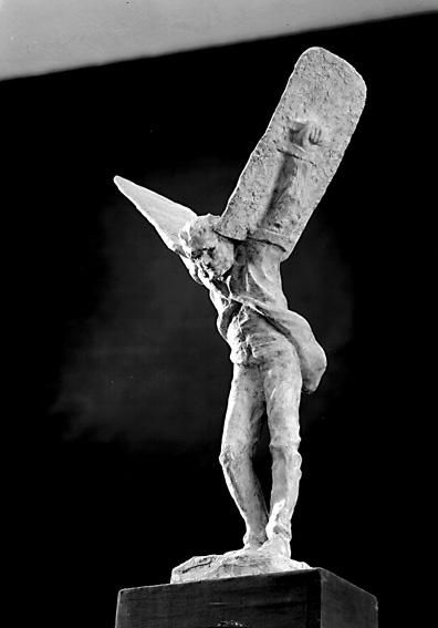 """""""Hybelejen"""" av Sixten Nilsson (gips).Sixten Nilsson (1911-1962), var verksam som skulptör, målare, grafiker och tecknare. Lärare i teckning och bildhuggeri vid Karlstads yrkesskola. Studerade vid Académi Scandinave i Paris för bland annat Despiau 1935, vid Konsthögskolan i Stockholm för Nils Sjögren 1936-40 och vid Escuela Superior de Bellas Artes de San Jorge i Barcelona 1952-53. Studieresor till Norge, Frankrike och Spanien. Han är främst representerad i Karlstad bland annat med bysten över K. M. W:s grundare G. A. Andersson på Hagatorget och på Värmlands museum.Källa: Svenskt konstnärslexikon, 1957."""