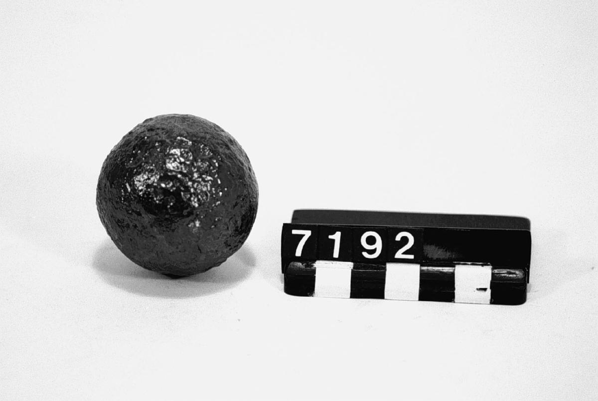Kanonkula, av gjutjärn, framställt av myrmalm.