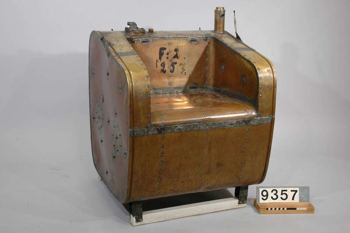 Av koppar, för flygplan, med inbyggd sittplats. Inte uppackad, lådan märkt. Tankvikt: 30 kg. Rymd: 245 liter.