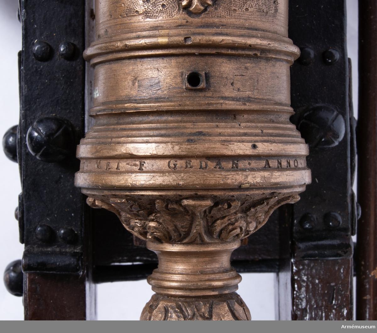 Grupp F I. Modell av 24-pundig kanon, s k ½ kartaun. Skala 1/6. Kapten F A Spaks katalog 1888. I modellen ingår eldrör, lavett, riktspak, riktkil, laddskyffel. Inslaget nr 8. Inskriptionen M W Mei F. Gedan Anno 1666. Sannolikt tillverkad av Michael Weinholdt, Danzig. /W Tepfers.