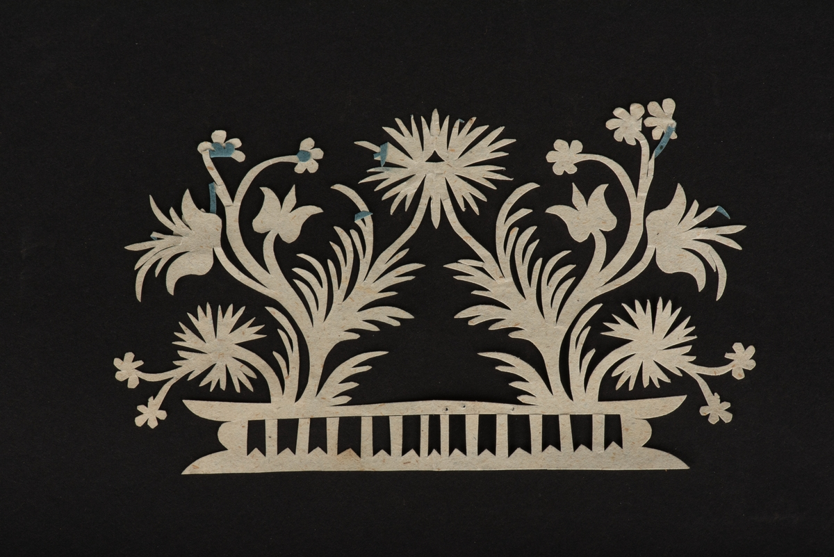 """Nya testamentet i läderband och blåtonat snitt. På insidan av den främre pärmen finns en förtryckt etikett inklistrad där det framgår att detta är en konfirmationsbibel. På försättsbladet framgår det att bibeln är tryckt i Stockholm 1892. På sidan 25 ( Matteus kapitel 9-10) ligger ett bokmärke klippt i blått papper. På sidan 311 (Apostlagärningarna kapitel 14-15) ligger ett bokmärke tillverkat av ett eklöv med utsparade hjärtan, en stjärna, symbolen för tro, hopp och kärlek, samt """"Selma"""". På sidan 339 (Apostlagärninganra kapitel 23-24) ligger ett bokmärke klippt i blått papper."""