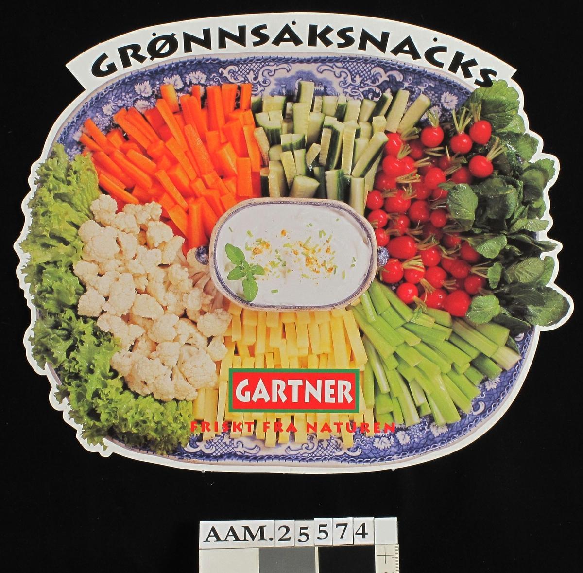 Fat med oppskrårne rå grønnsaker, dressing i midten.