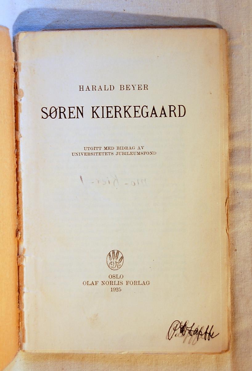 På bokens forside et motiv som illustrerer Søren Kierkegaard som skriver