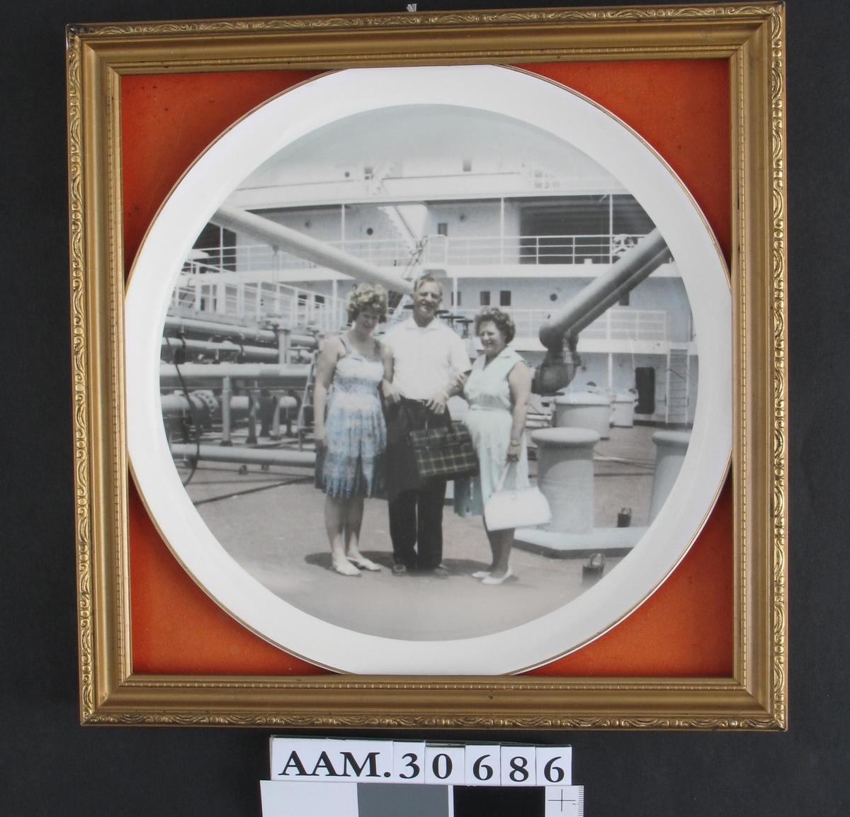 Giver og hennes forelder ombord på stort skip.