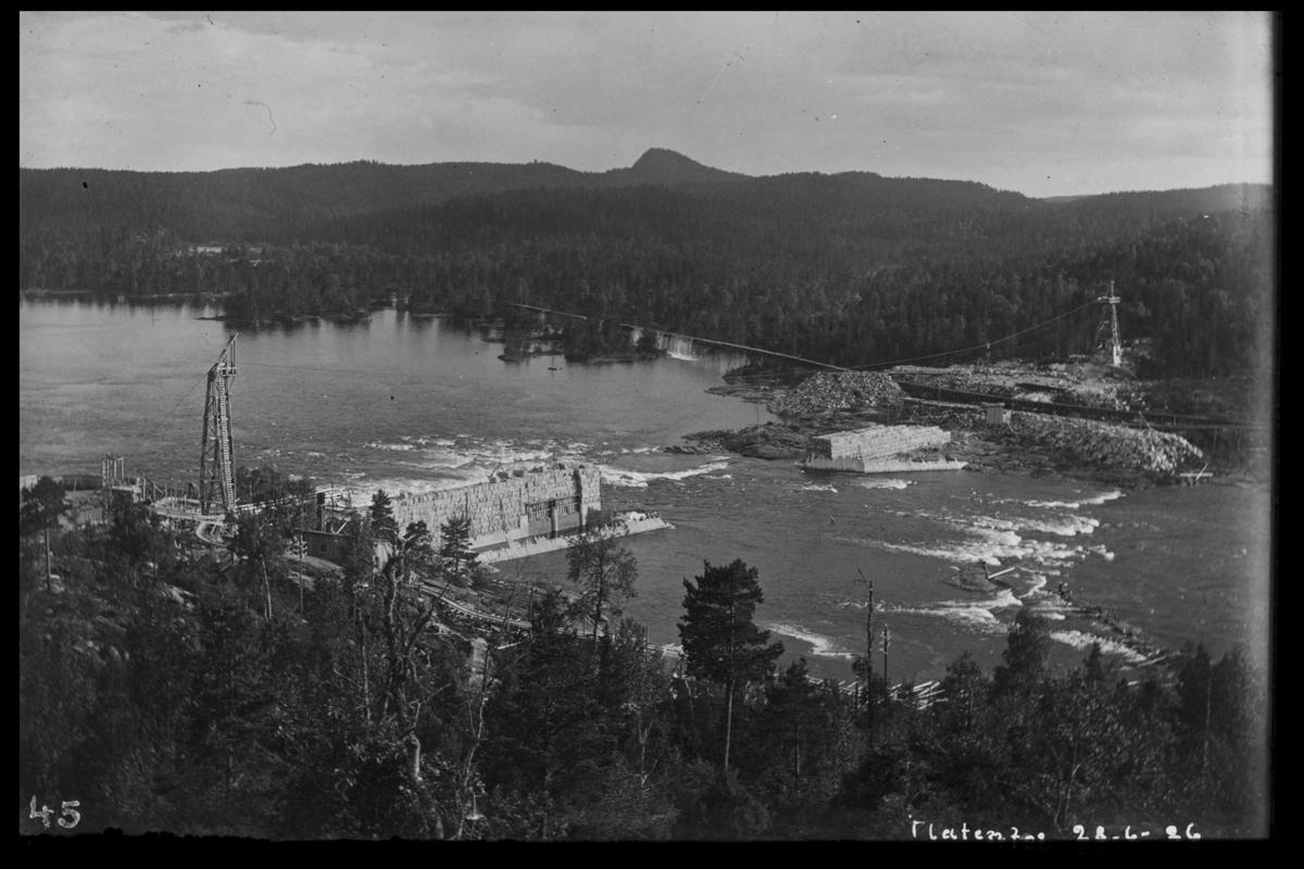 Arendal Fossekompani i begynnelsen av 1900-tallet CD merket 0468, Bilde: 33 Sted: Flaten Beskrivelse: Oversikt mot Olsbu. Bilde tatt nedover elva