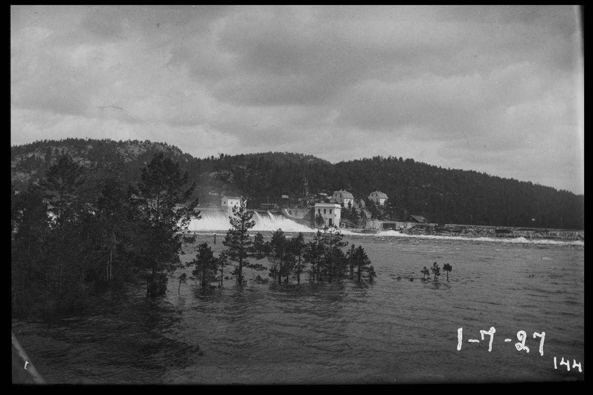 Arendal Fossekompani i begynnelsen av 1900-tallet CD merket 0470, Bilde: 90 Sted: Flaten Beskrivelse: Tatt nedenfor dammen under flom, fra Olsbusiden mot kraftstasjonen