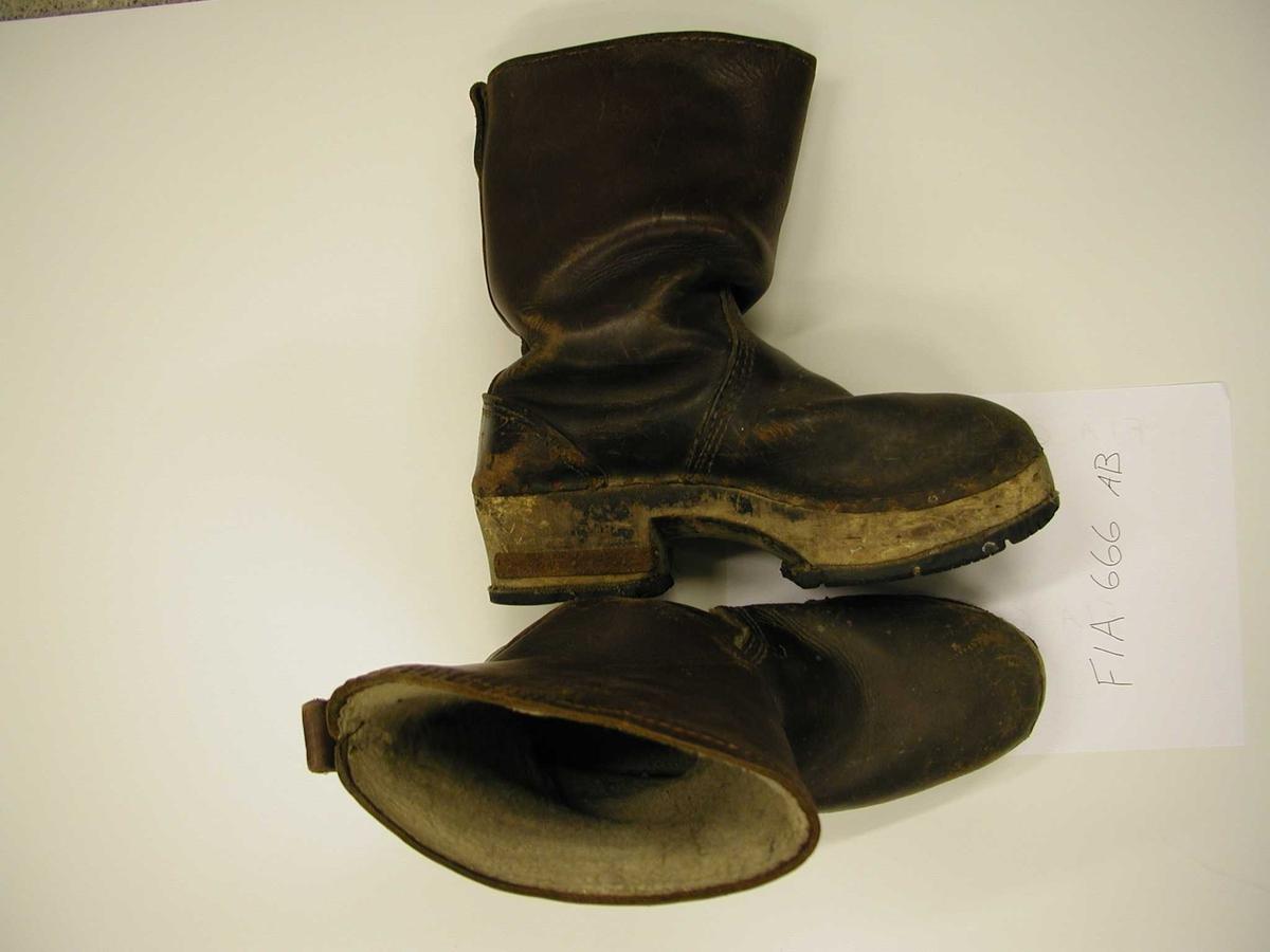 Støvlene er fòret med ullfrottè, lær utvendig, tykk tresåle med rester fra et bildekk som sklisåle.