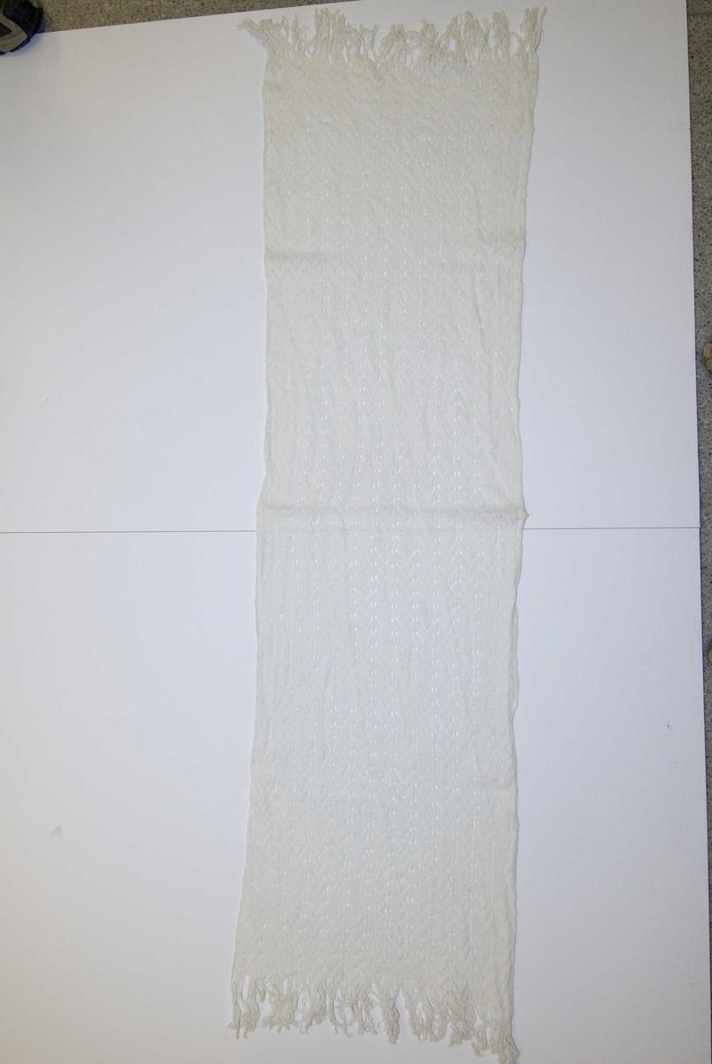 Hvitt mønstret maskinstrikket sjal med frynser. Hullmønster.