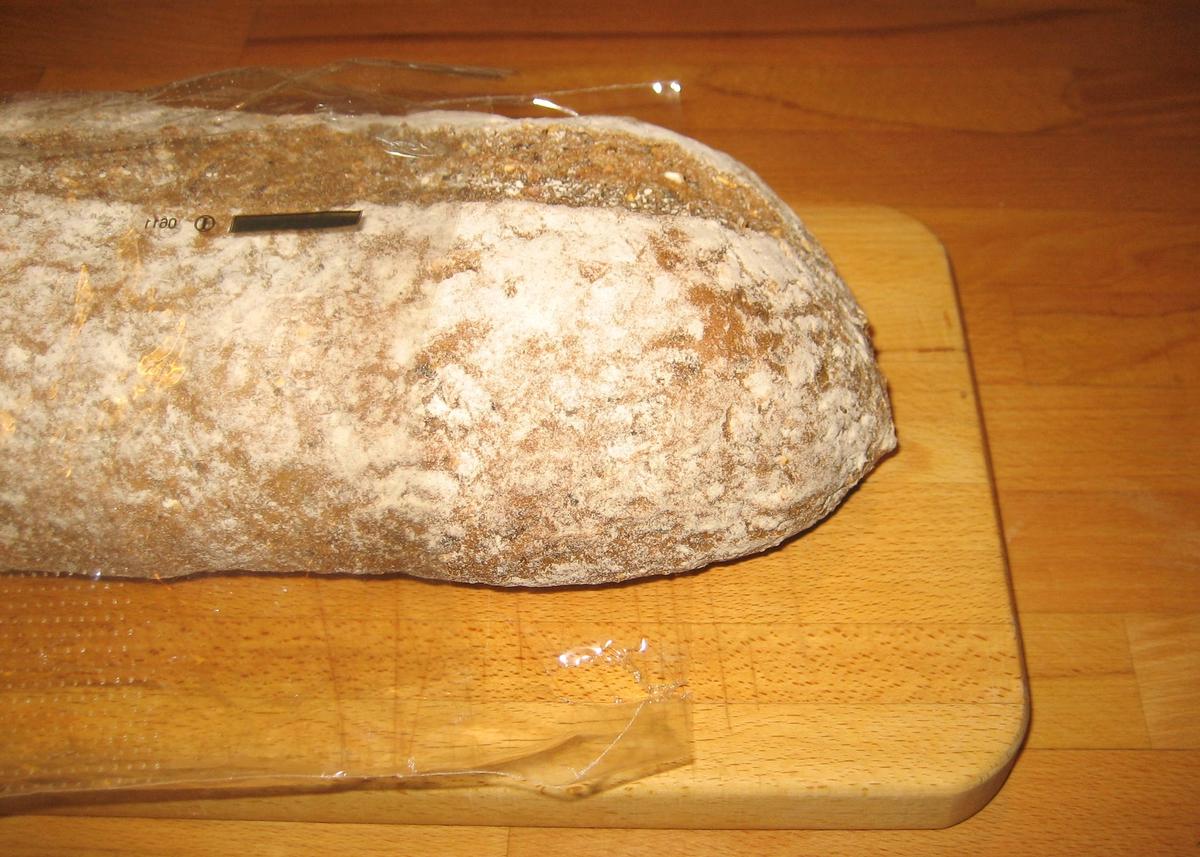 """Brødposen er er i plast. Den er merket med Nøkkelhull. Det er satt et klistermerke på brødposen der det står """"Har vært fryst best før 21-03-11."""