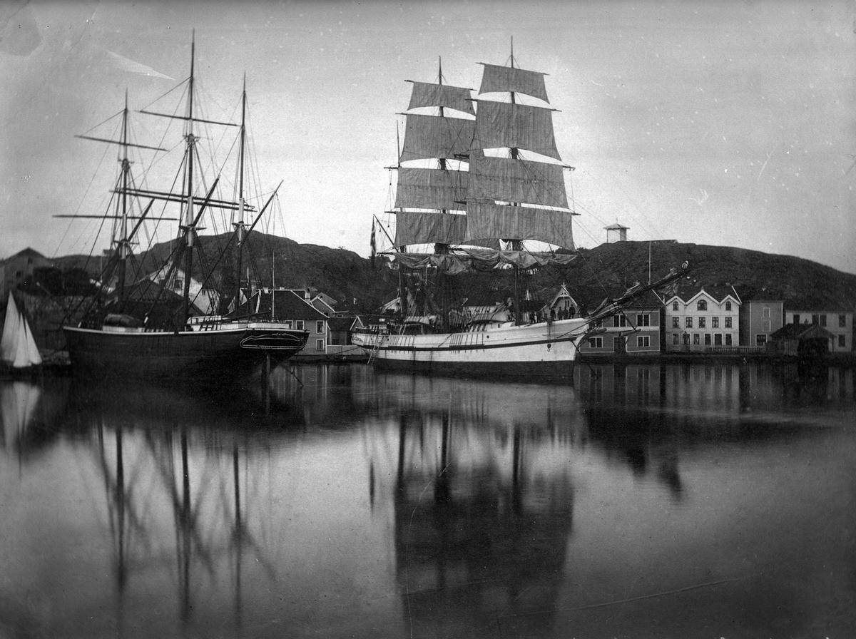 Grimstad havn med bl.a. barken Løvhjerte