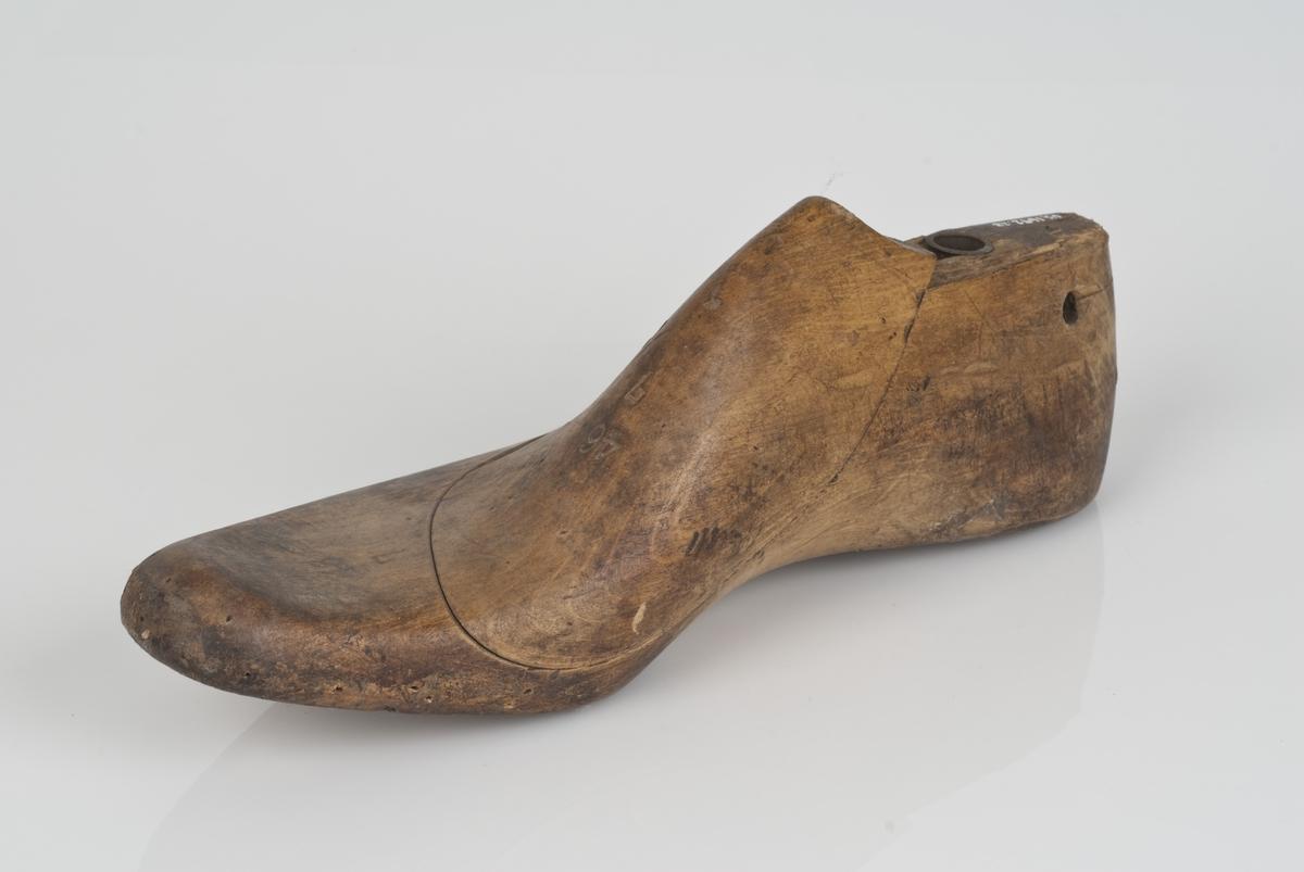Tremodell to deler; lest og overlest. Høyrefot i skostørrelse 46 med 7 cm i vidde.