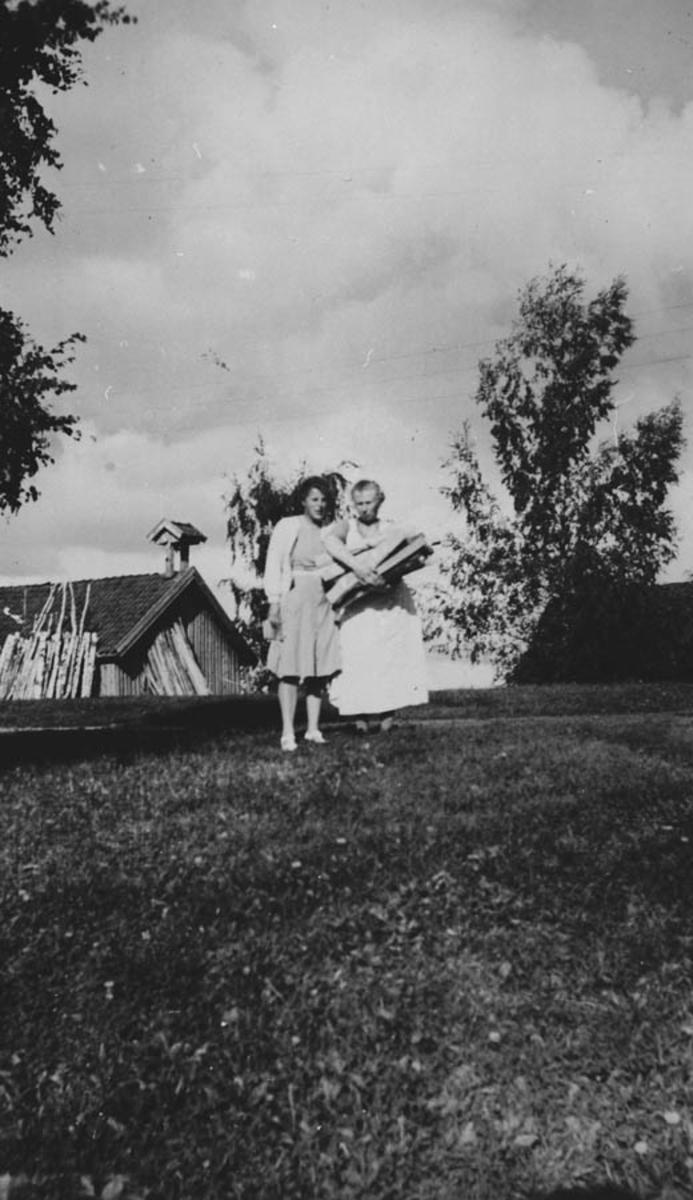 To barn bærer ved.