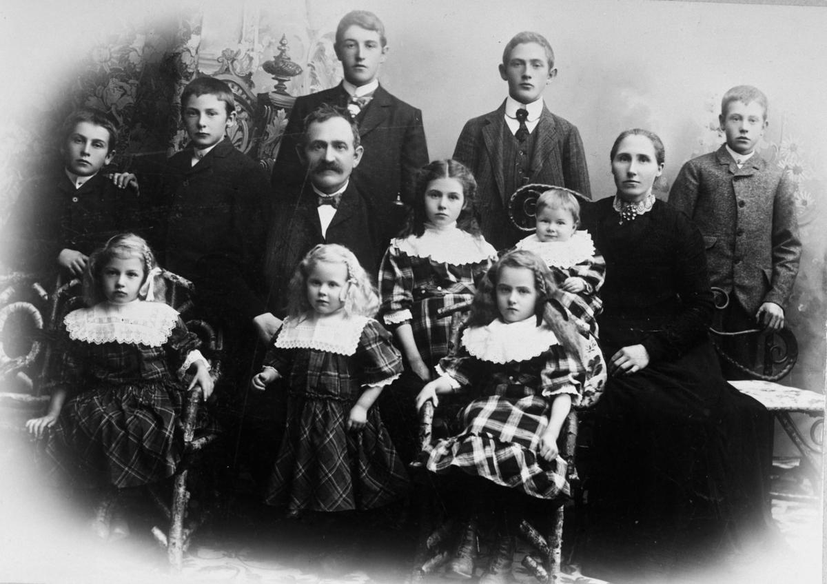 Familien til skomaker Bergersen hos fotograf i Lillestrøm