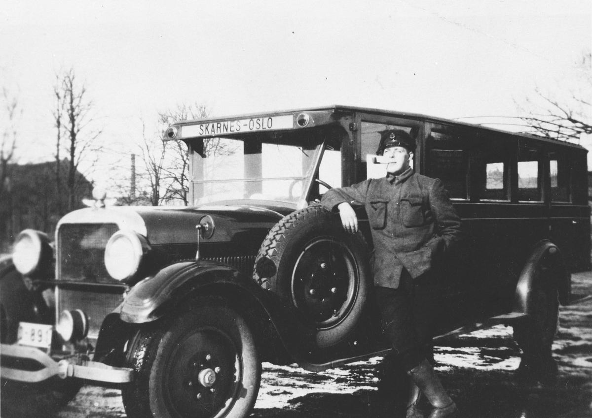Mann foran gammel buss, Solstad og Løse bilrute til Oslo.