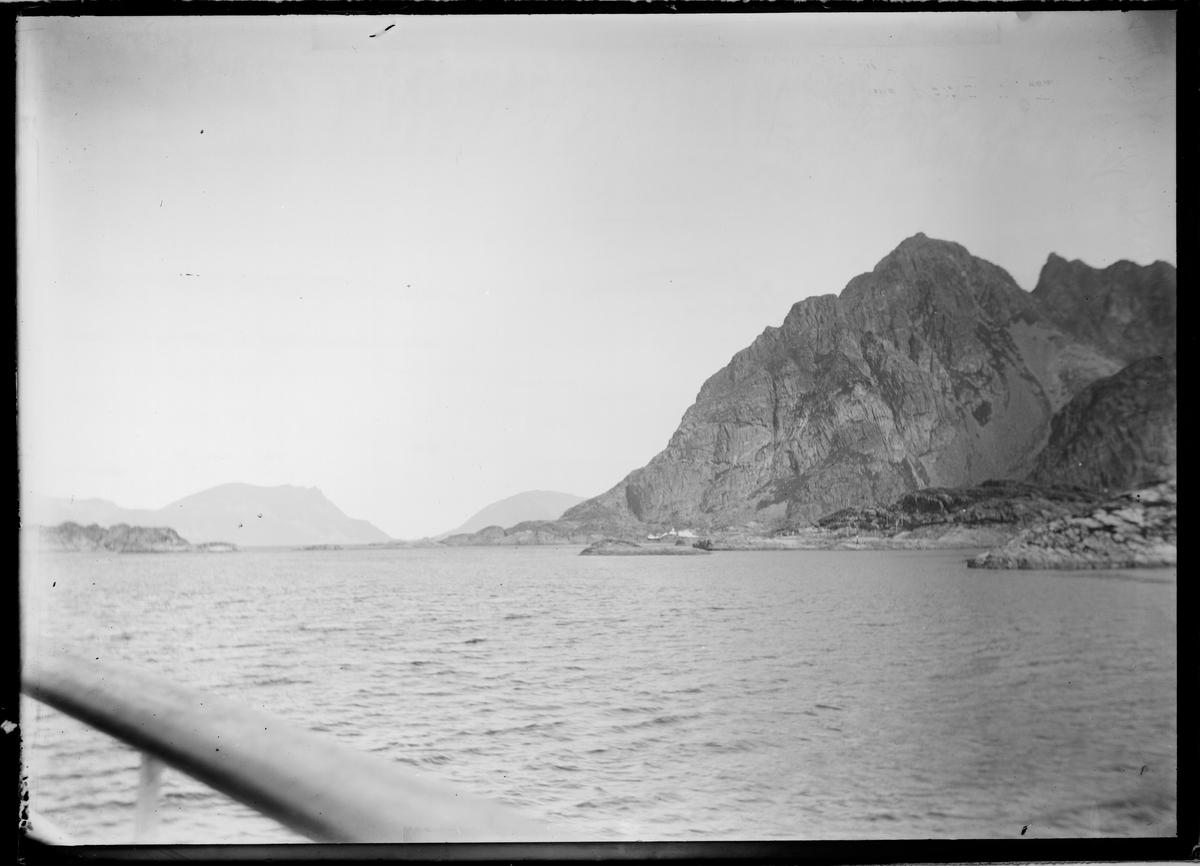 Fjell og fjord sett fra båt.