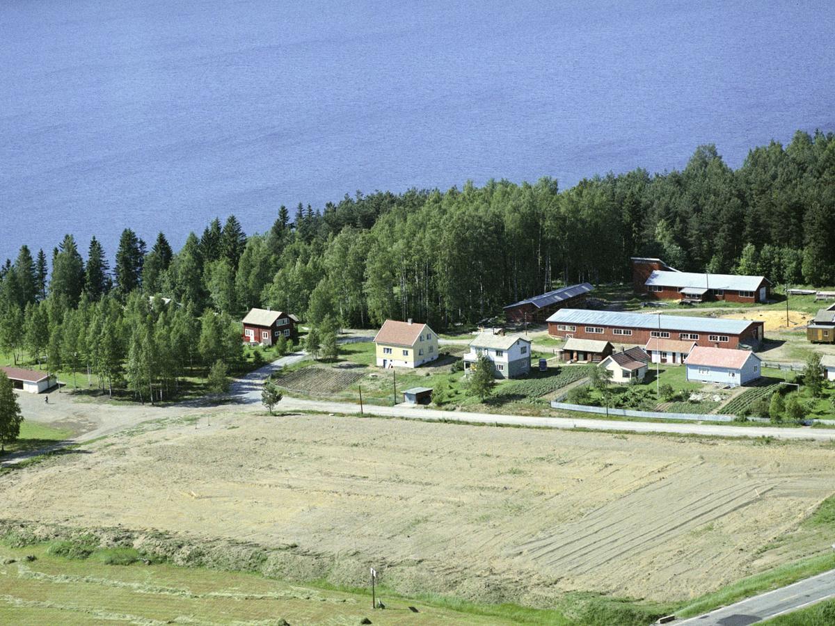 Ved Langseth skole med grusbanen mellom E-6 og Mjøsa.