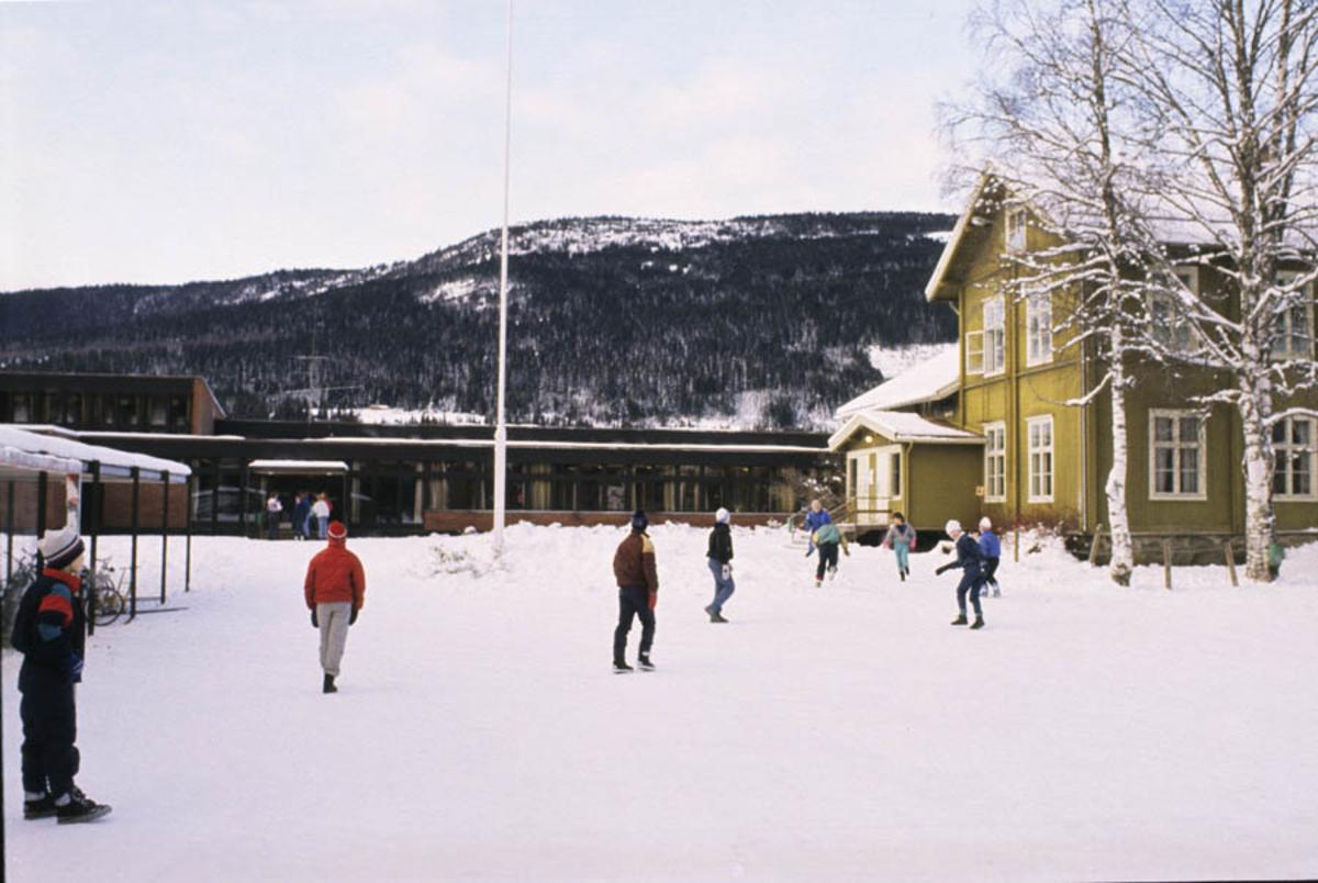 Skole elever foran skolen i Hurdal. Vinter. Skolegården med gammel og ny bygning.