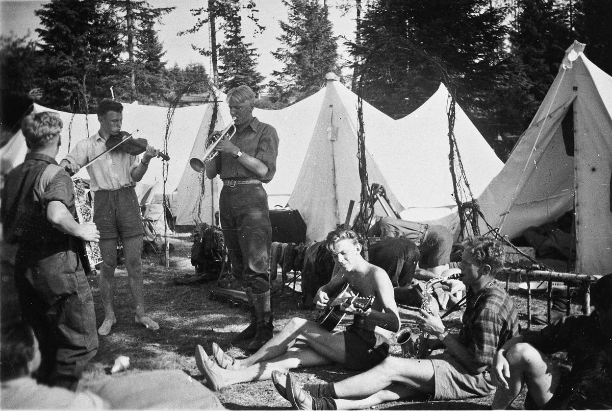 Arbeidstjenesten på Måe på Østsiden i Eidsvoll. Arbeidstjenesten var først frivillig. Den ble innført av Administrasjonsrådet først i juni 1940. Ble pliktig for menn fra våren 1941 og pliktig for kvinner fra juni 1942.