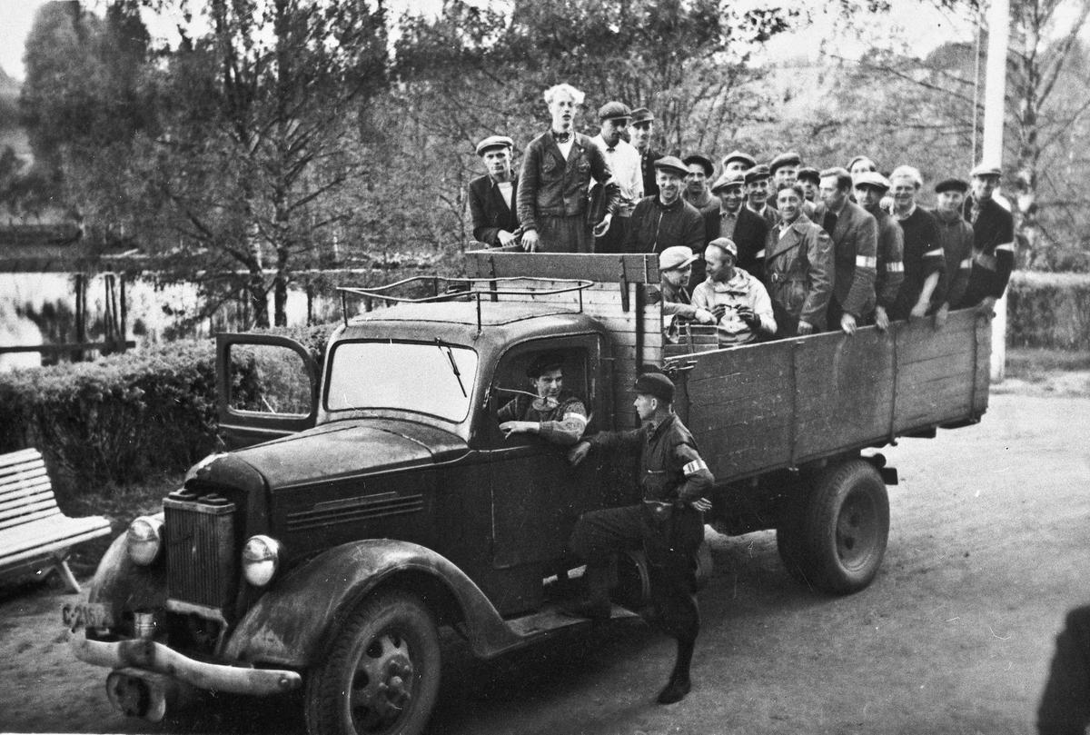 Hjemmestyrkene på Eidsvoll Verk klar til transport. Sjåfør er Leif Sandberg og troppsjef Birger Forberg.