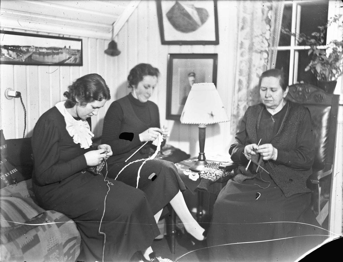 3 kvinner som strikker.