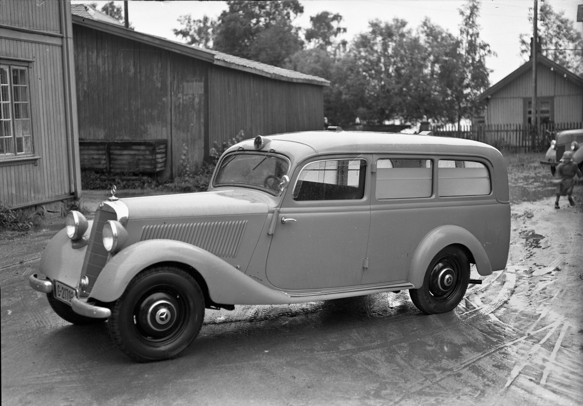 Mercedes varebil/stasjonsvogn.  Trolig en ambulanse.