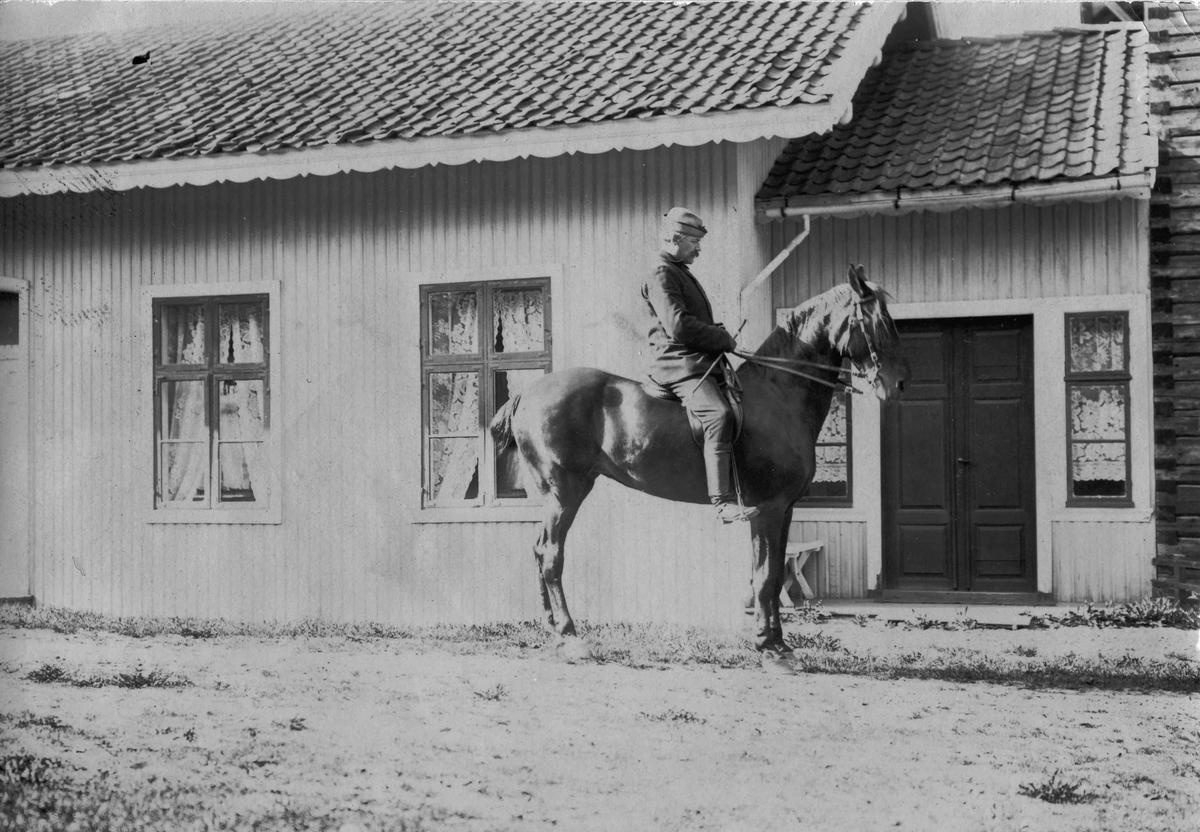 Direktør Søegaard(?) til hest utenfor Eidsvoll Bad. Før 1920.