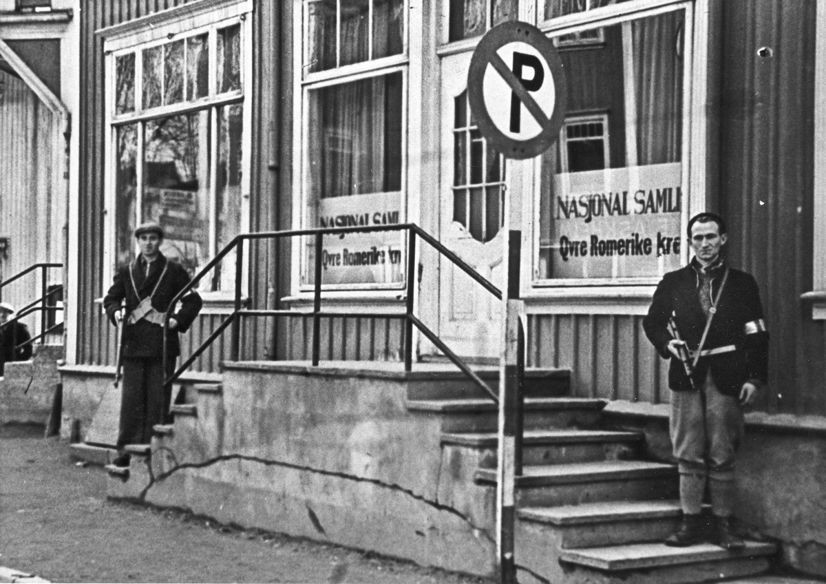 Nasjonal Samlings kretskontor for Øvre Romerike foran Svindlandgården i mai 1945. Fra venstre: Arne Kristiansen, Johan Julsrud.