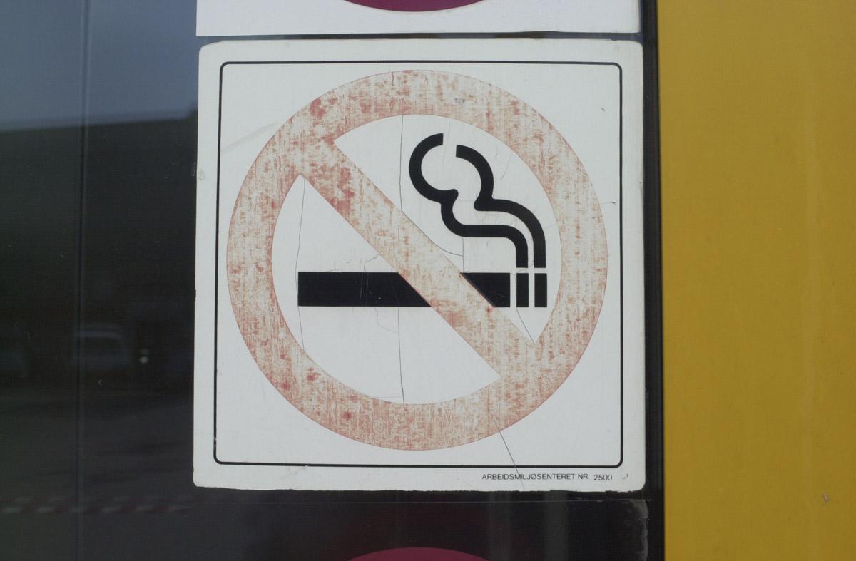 Røyking forbudt skilt ved hovedinngang til Strømmen Storsenter
