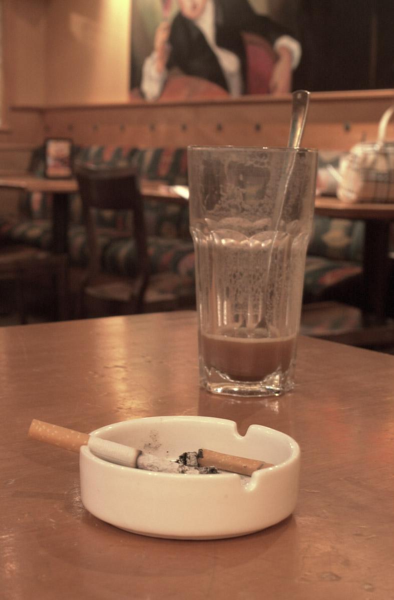 Røykerom bord med røykpakke, askebeger og caffe latte. Dolly Dimples Strømmen Storsenter 1. etg.