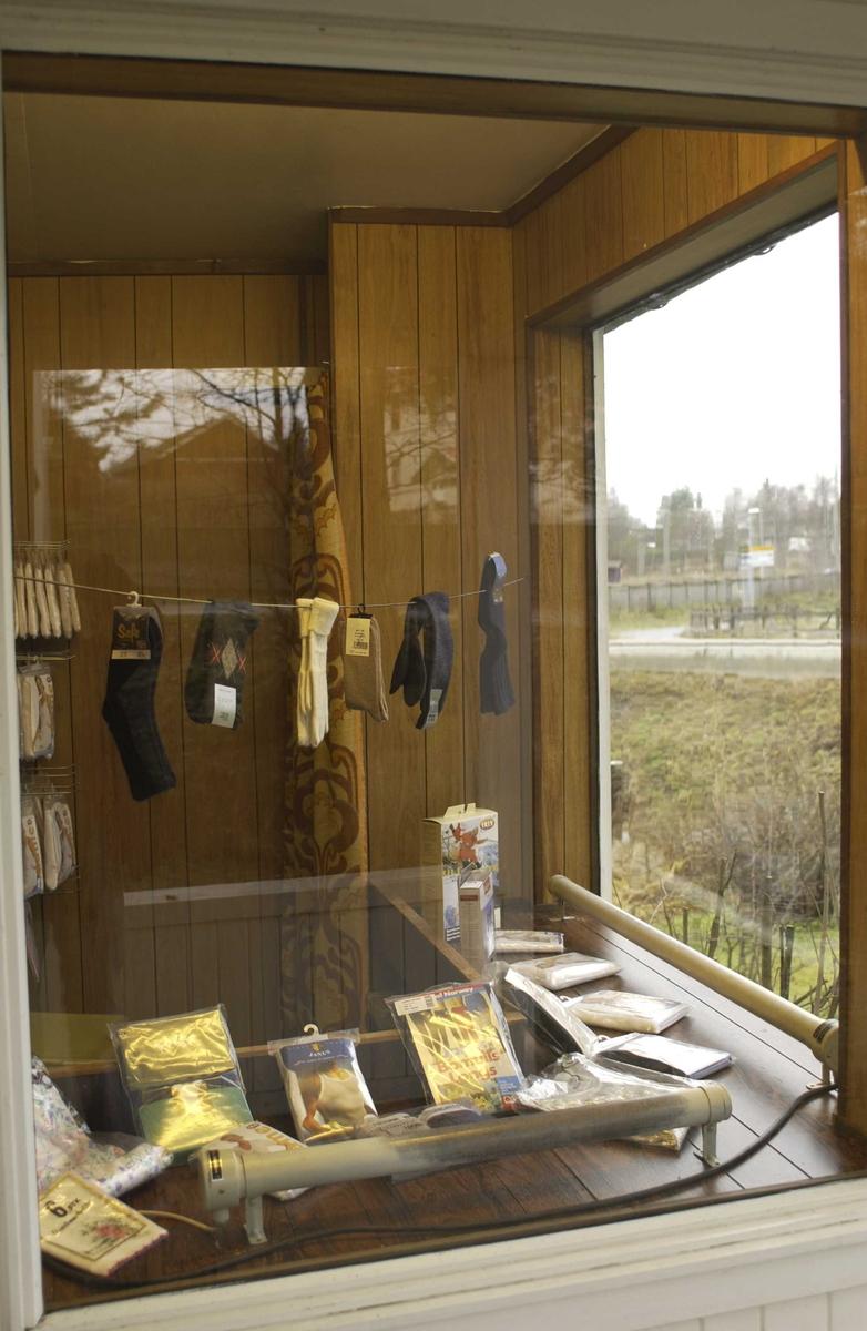 Manufakturbutikk, utstillingsvindu sett utenfra, tekstilvarer