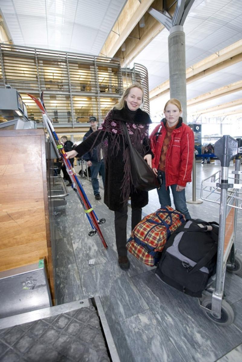 Vesker. Innsjekking. Reisende - mor og datter - sjekker inn bagasje. Fotodokumentasjon i forbindelse med dokumentasjonsprosjekt - Veskeprosjektet 2006 - ved Akershusmuseet/Ullensaker Museum.