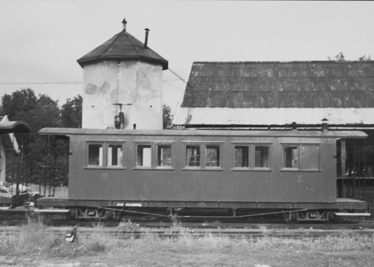 Hensatt vogn foran søndre vanntårn på Bjørkelangen.