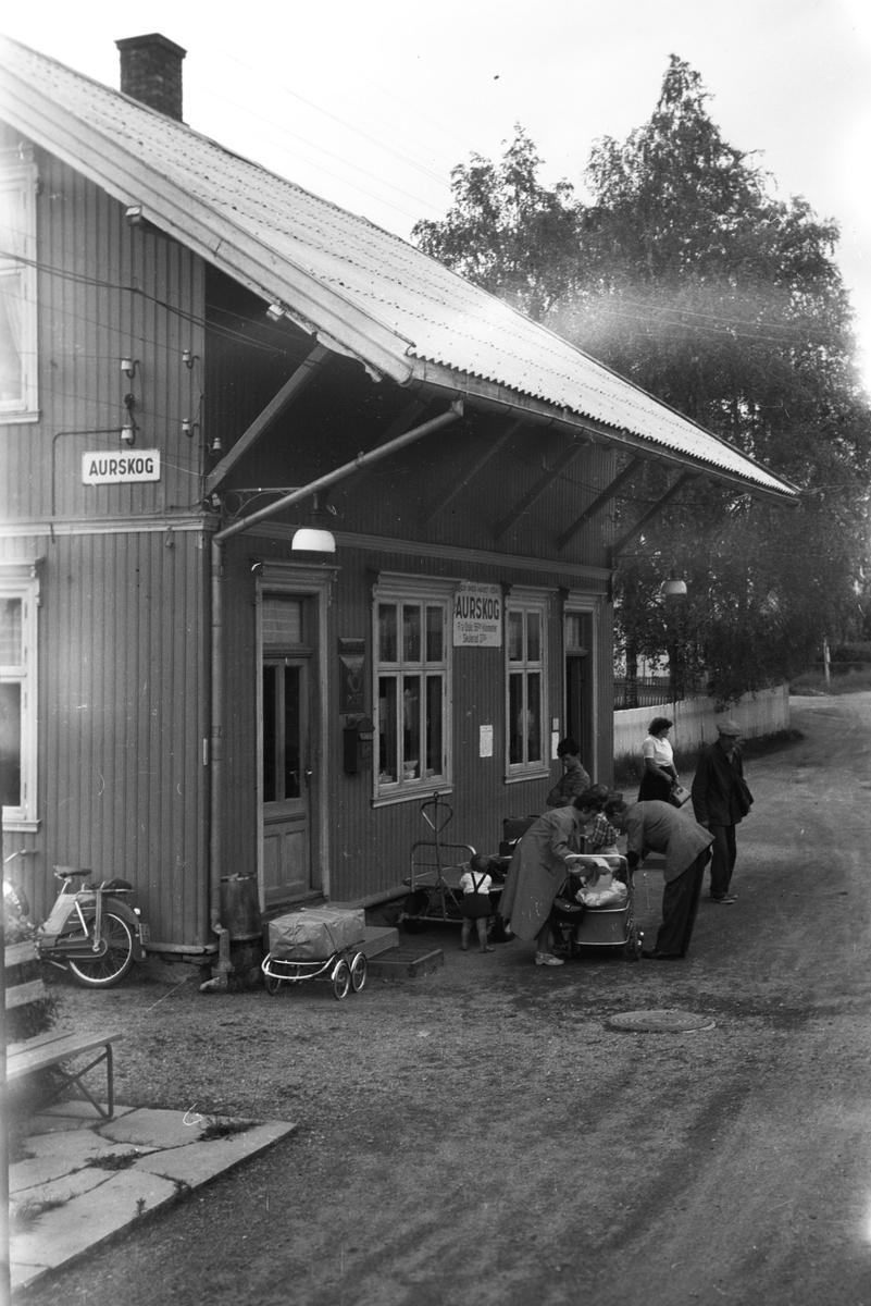 Tog 2051 til Skulerud har stanset på Aurskog stasjon.