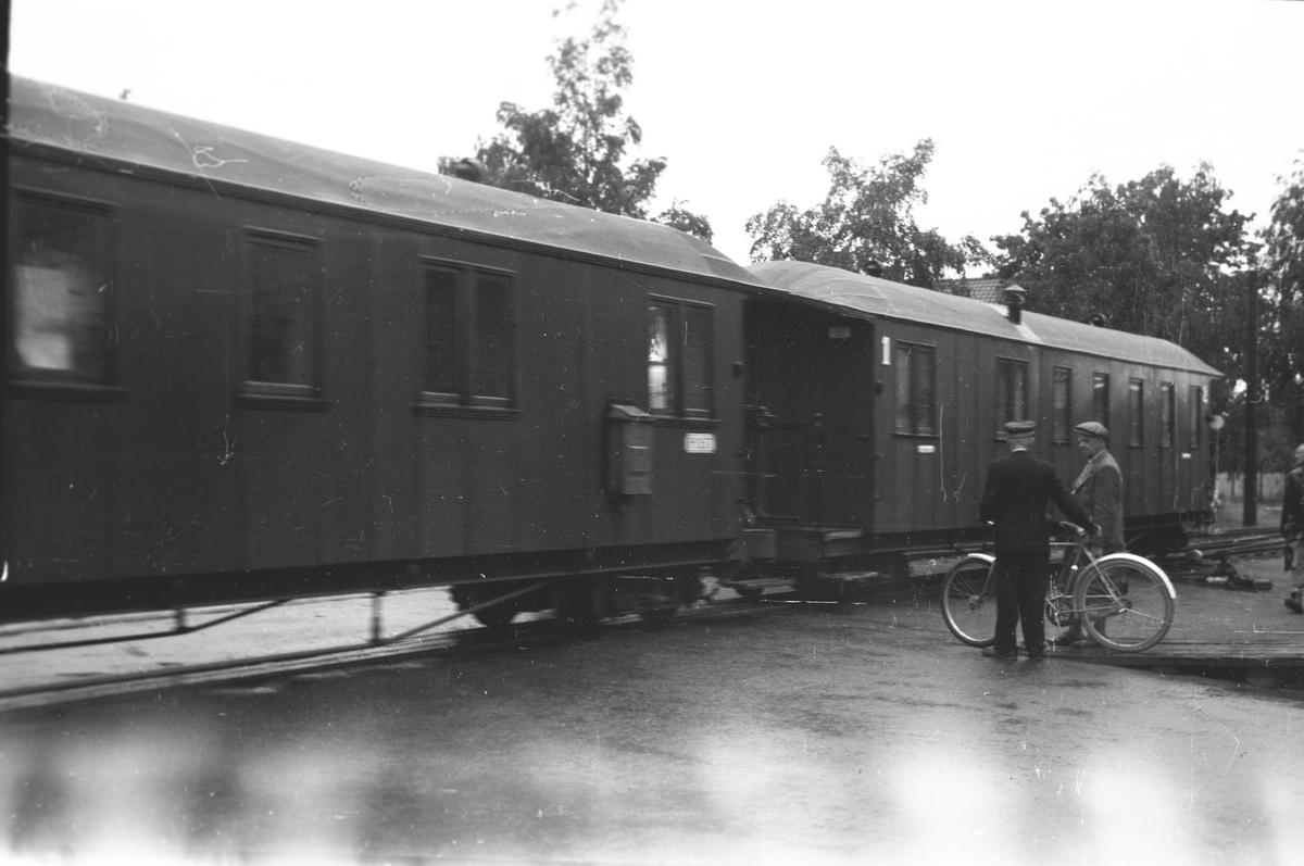 Tog 2058 har ankommet Sørumsand stasjon.