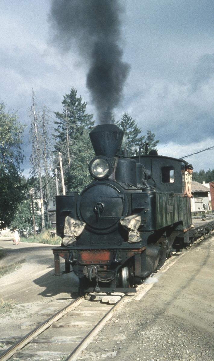 Tog 2051 til Skulerud avventer avgang fra Aurskog stasjon