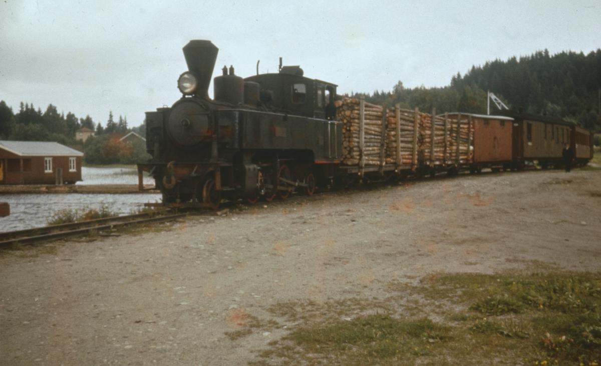 Tog 2051 fra Sørumsand ankommer Skulerud brygge. De to første vognene i toget er lastet med 3 m kubb som skal fløtes i bunter til Saugbrugsforeningen i Halden.