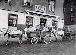 F. Fra Trondheimsv. 78, Etablert 1883. Helga Sørlie i vindue