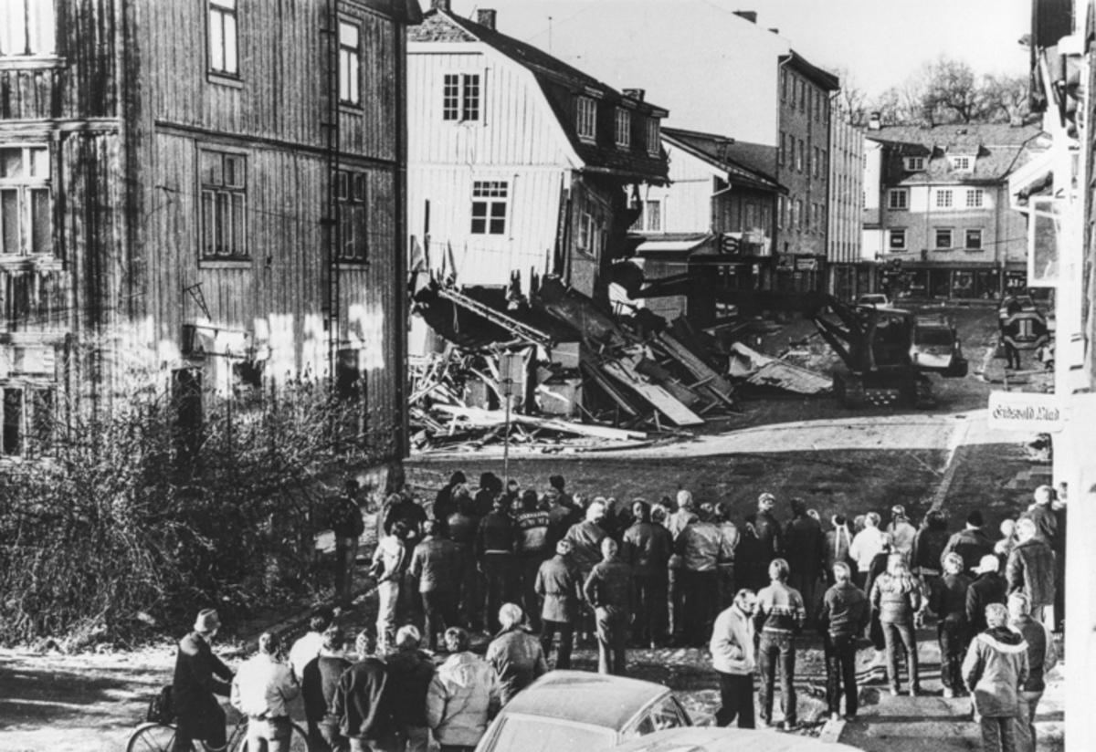 Riving av hus i Sundet. 30.04.2014: Dette bildet er tatt i 1981. Rivning av Hansengården. Skrevet av: J.P.Lj.Hoel