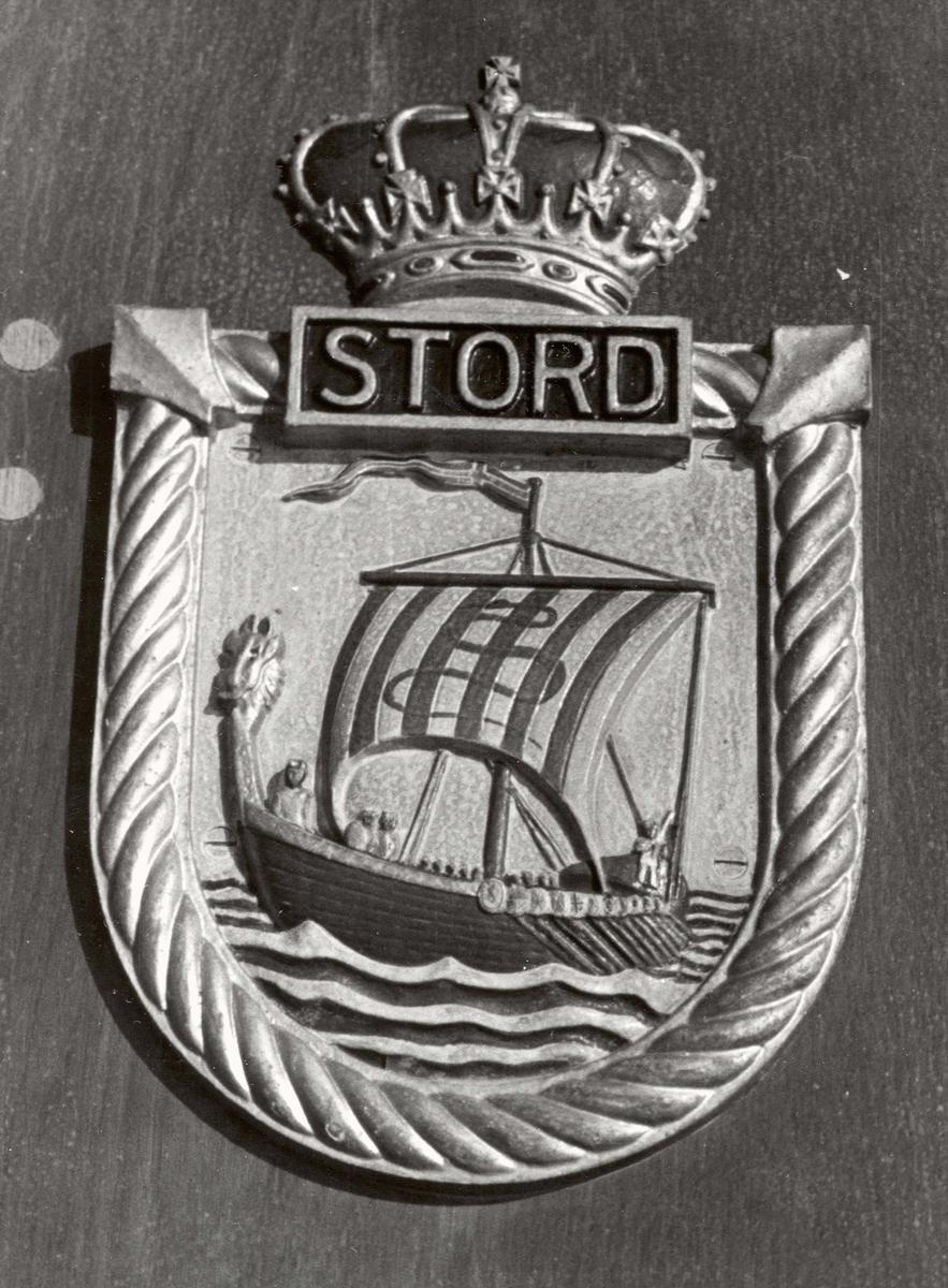 Motiv: Jageren Stords crest på fartøyets bro