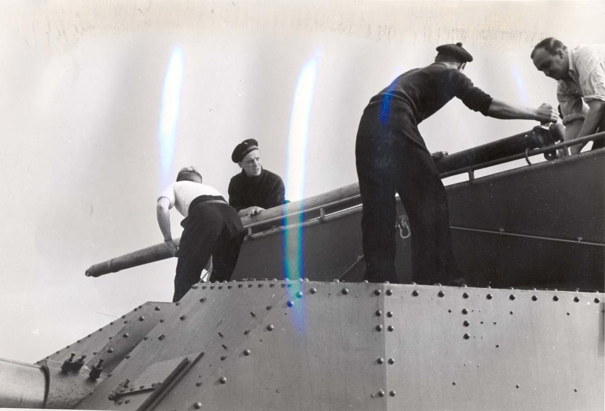 """Jageren """"Stord"""" blir overtatt av Den Norske Marine, 26.august 1943. Besetningsmedlemmer i arbeid"""