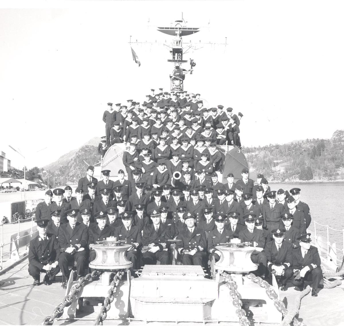Besetningen på C-kl jageren KNM Stavanger 18/3-1966.