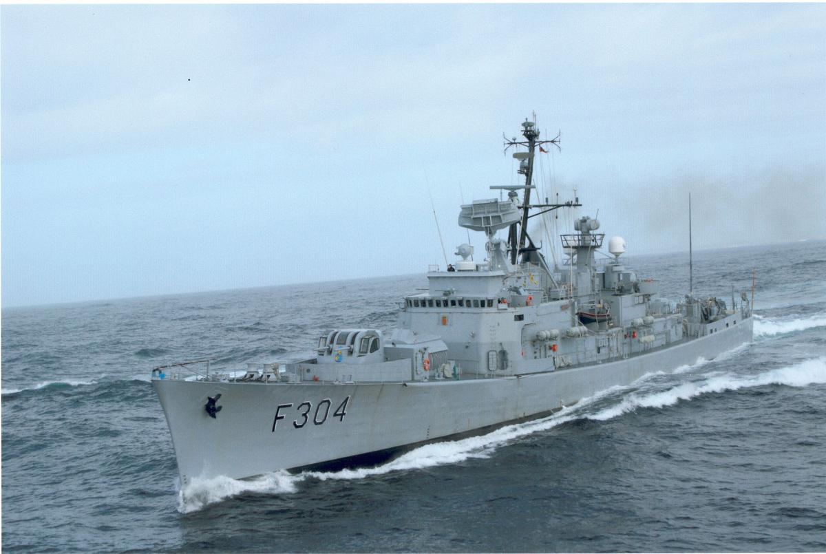 "Oslo-kl.fregatt KNM ""Narvik"" under fart. Bb. side forfra."