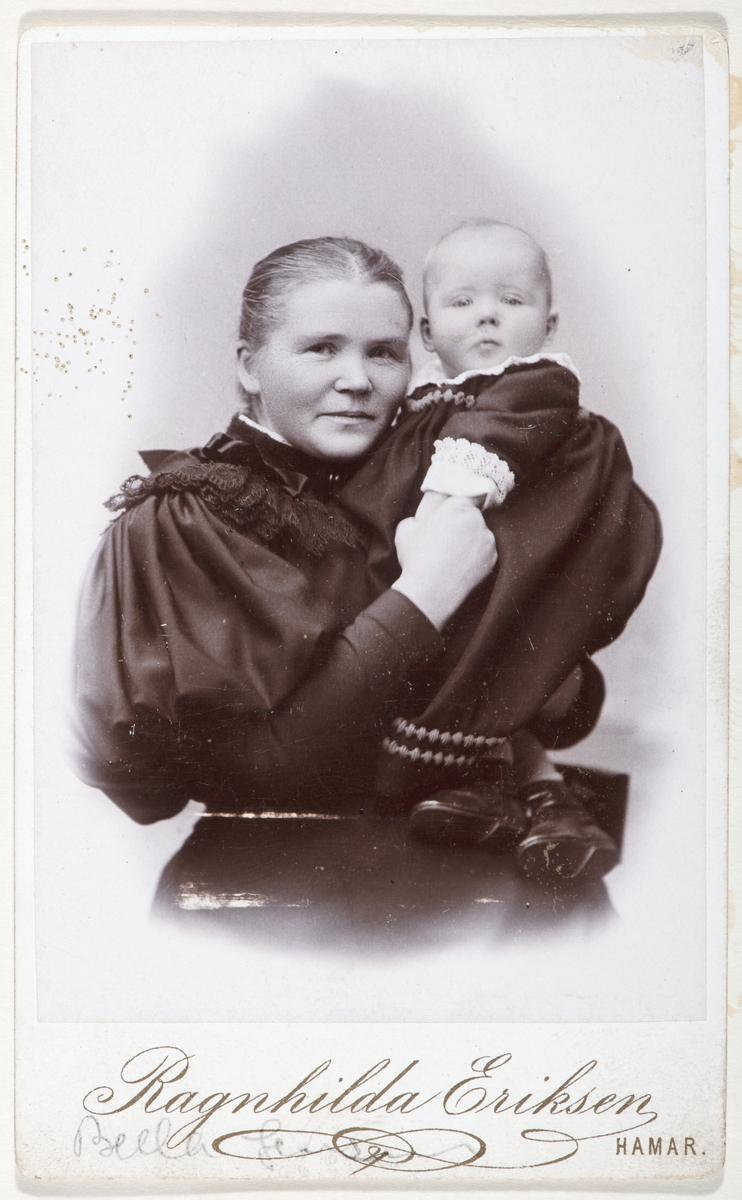 Bella Jensen med datteren Majen. Visittkort.