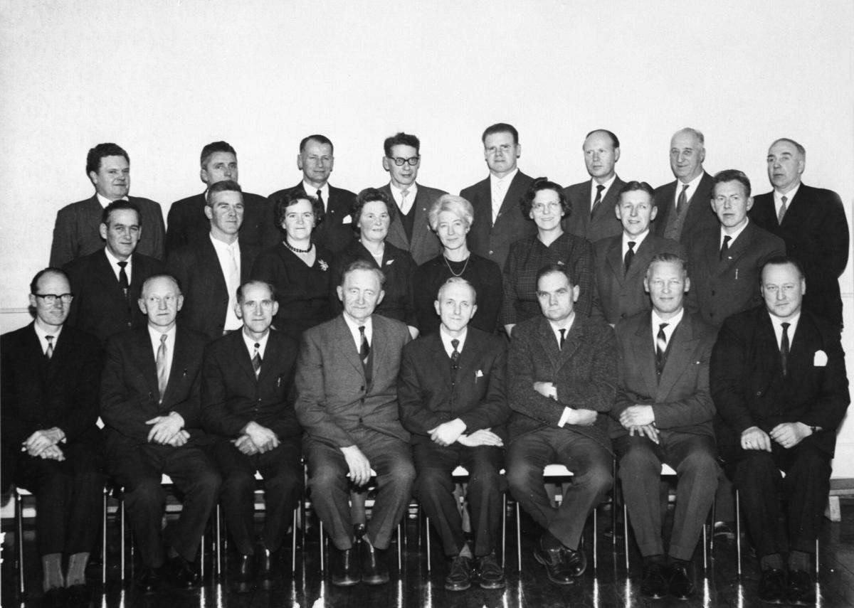 Furnes kommunstyre 1960-1963. Første rad fra venstre er Rolf Aalerud, Olav Gran, Torbjørn Simenstad, Karsten Fullu, Peder Esbjørnsen, Jens Berg, Morten Grini, Carl Weisser-Svendsen. Andre rad fra venstre er Otto Solhøy, Kåre Helgesen, Aase Lillehaug, Martha Wikstrøm, Else Willas Jensen, Gunvor Haug, Leif Jensen, Arne Bakken. Tredje rad fra venstre er Andreas Sveen, Arne B. Dolva, Hans Sætren, Anders Lundberg, Kåre Buenget, Ole Østby-Deglum, Henry Iversen, Sigurd Bakstad.