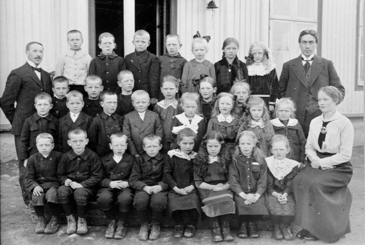 Mørkved skole, Brumunddal, gruppe elever og lærere. Nummer seks fra venstre bak er Ester Jovall fra Mørkved lille. Lærerne er Nils Nyhus, Langdalen og frk. Ofigsbø.