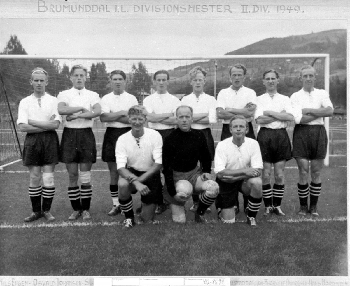 Fotballag, Brumunddal Idrettslag, divisjonsmestere 2.divisjon 1949. Fra v: O. Solberg, I. Andersen, J. Sandvold, 2 r: Nils Engen, O. Johansen, S. Simensen, P. Simensen, T. Larsen, Sverre Rustadbakken, T. Andersen, H. Nordsveen.